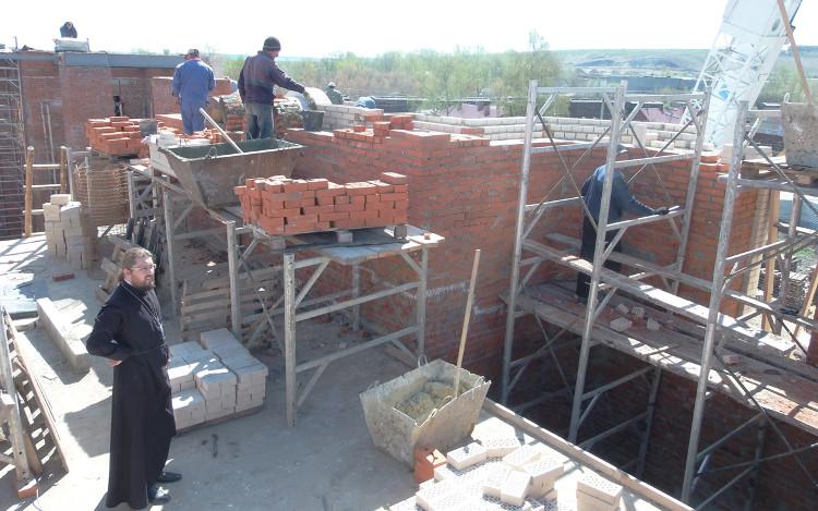 Рабочий визит Владыки Вениамина, осмотр процесса кладки клиросной части собора в мае 2014 г. Кладка кирпича кл